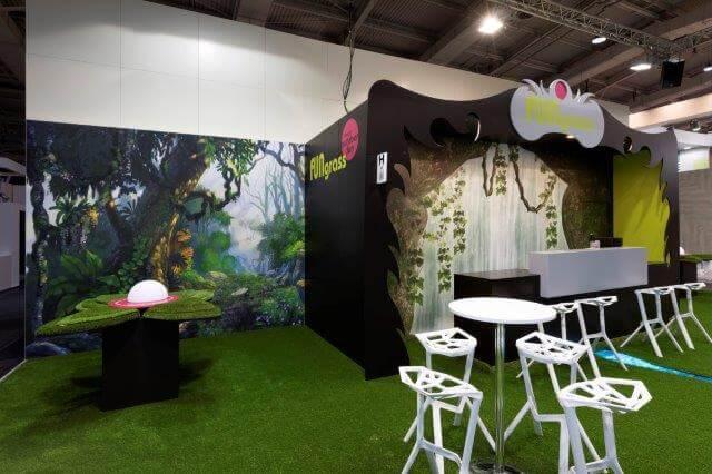 Kunstgras en grote banner met een bos op een stand | © www.Expopoint.be