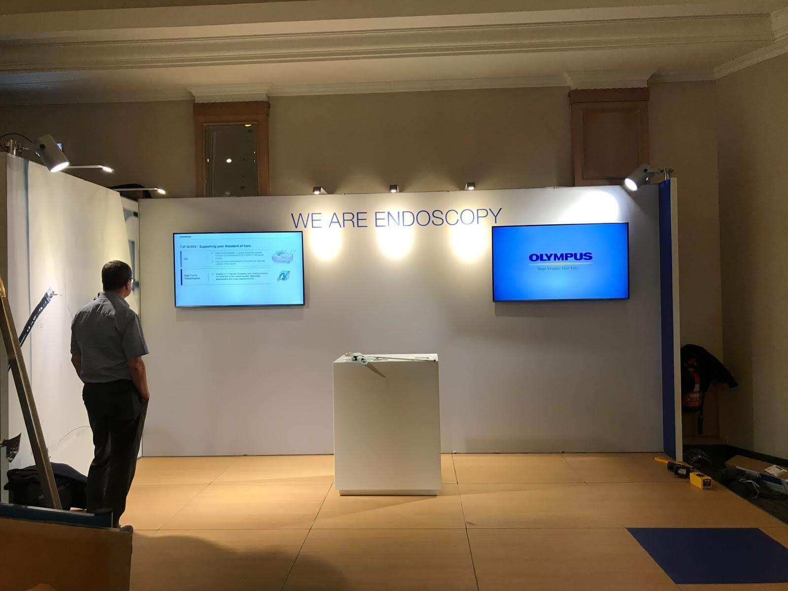 Modulaire beursstand opbouw: tv meubilair plaatsen op stand | © www.Expopoint.be