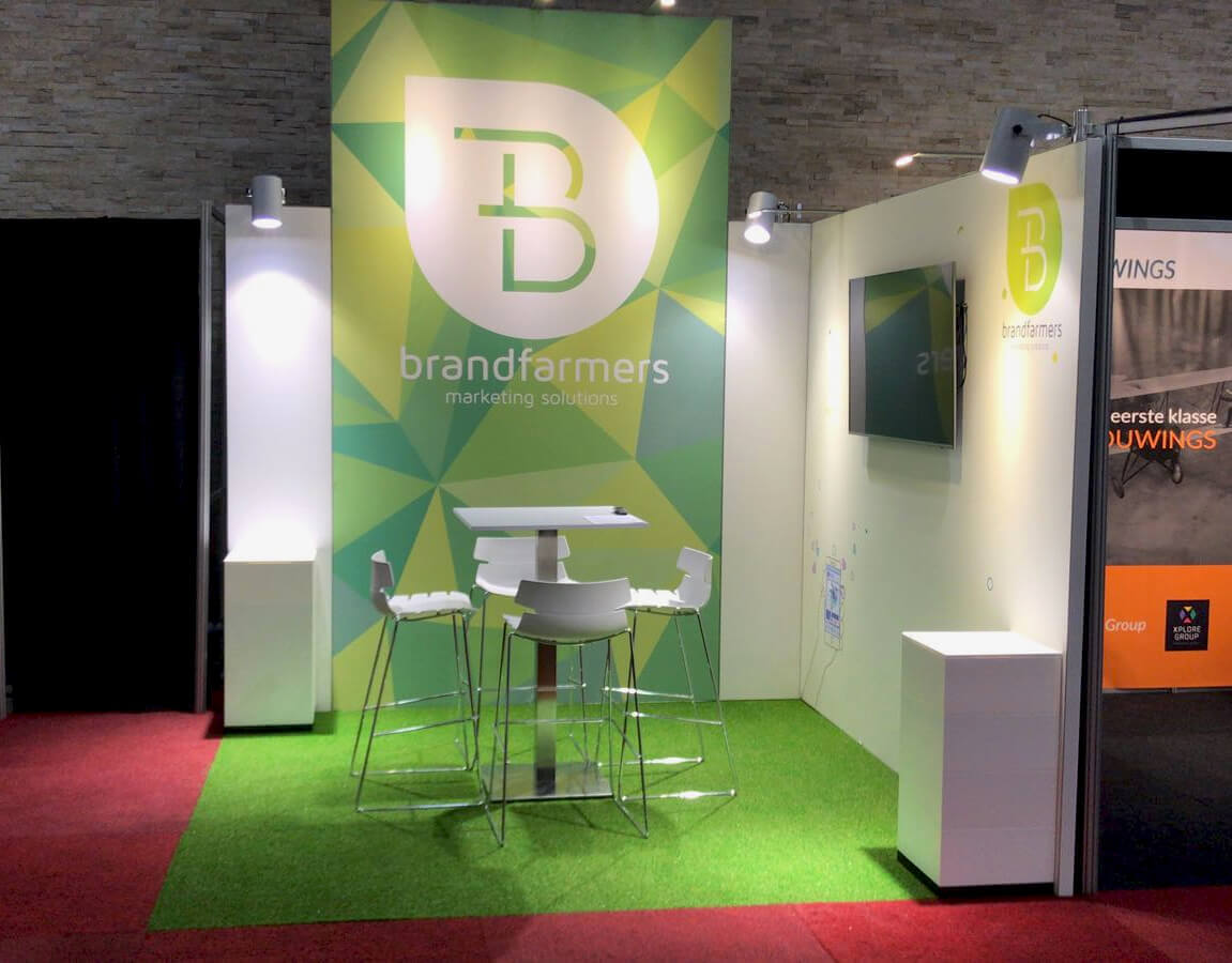 Kleine stand met groot paneel en groene vloerbekleding | © www.Expopoint.be